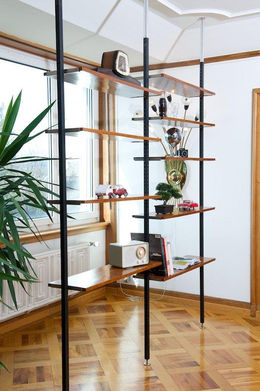regal als raumtrenner regal mit schr ge als raumtrenner von homify regal als raumtrenner. Black Bedroom Furniture Sets. Home Design Ideas